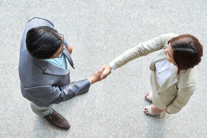 Рукопожатие дела между партнерами стоковое фото
