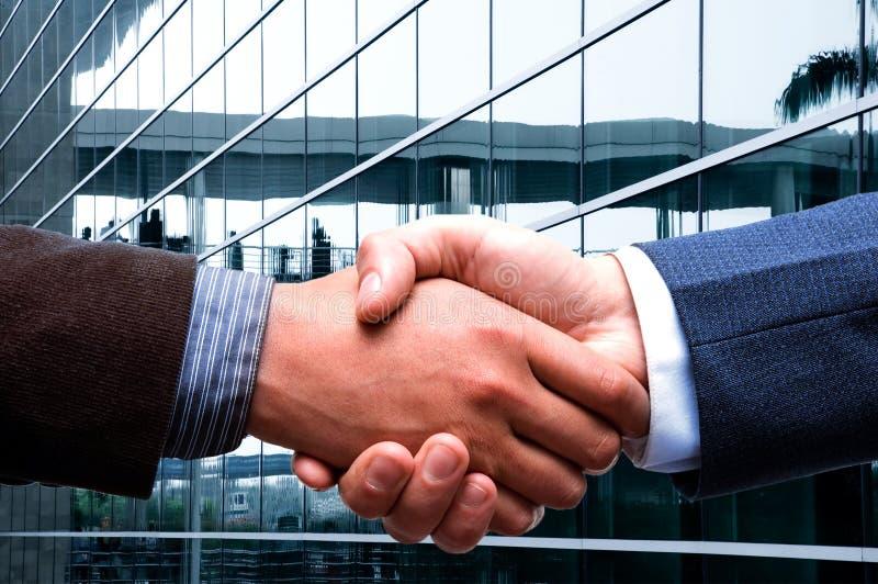 рукопожатие делового центра стоковое изображение rf