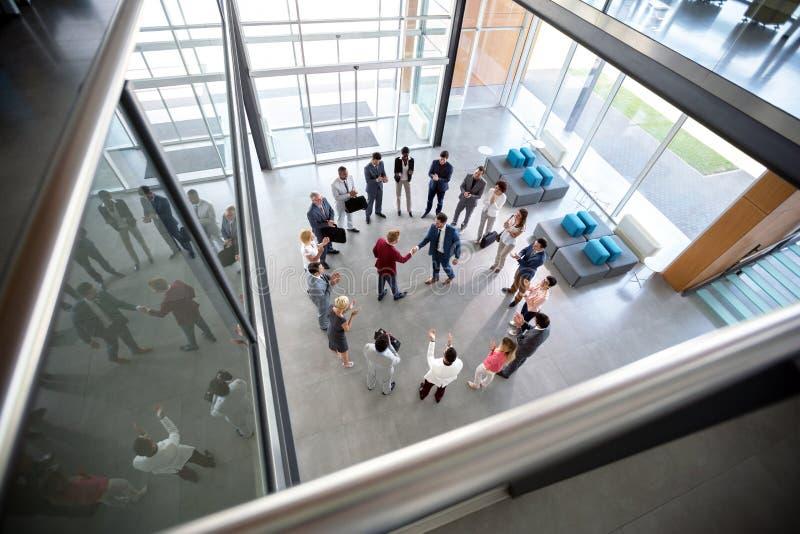 Рукопожатие деловых партнеров в зале стоковое фото rf