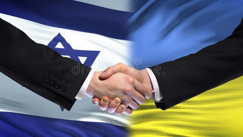 Рукопожатие Израиля и Украины, международная политика приятельства, предпосылка флага стоковая фотография rf