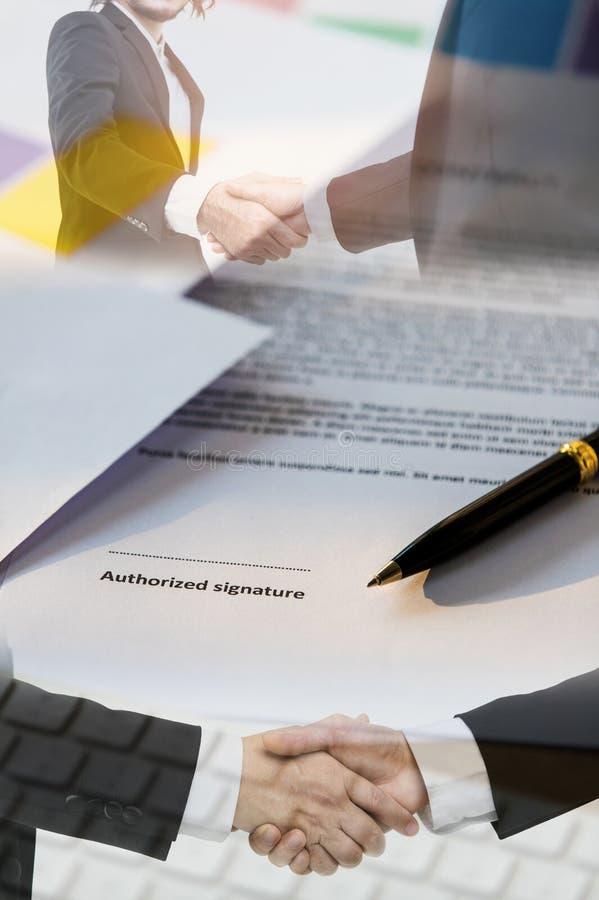 Рукопожатие и бумага контракта иллюстрация вектора