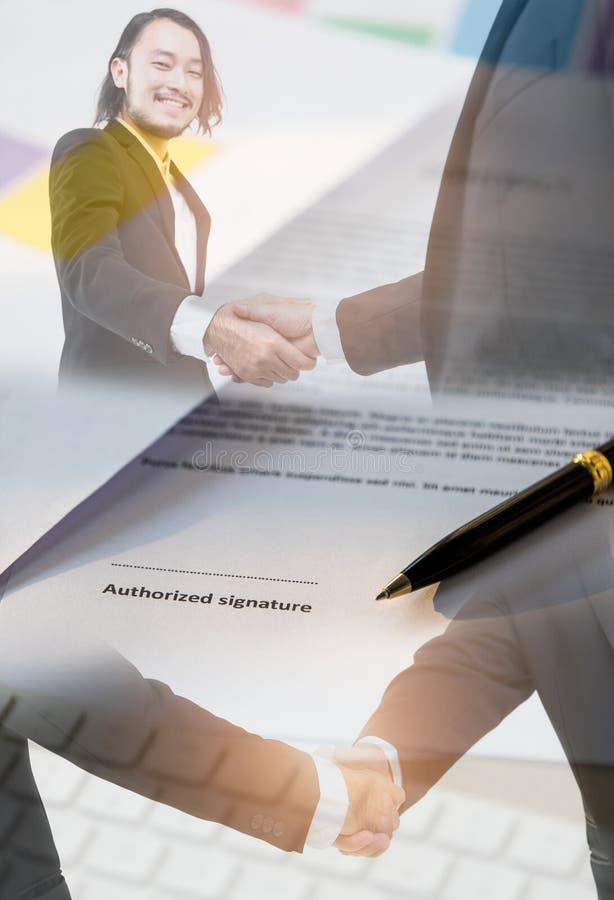 Рукопожатие и бумага контракта иллюстрация штока