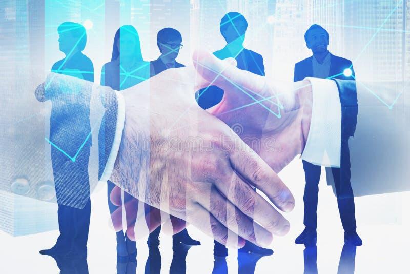 Рукопожатие и команда дела в городе, сети стоковое изображение rf