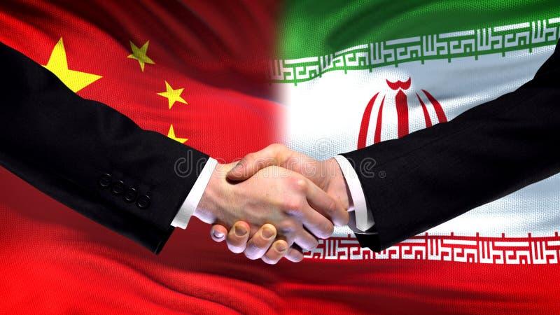 Рукопожатие Китая и Ирана, международное отношение приятельства, предпосылка флага стоковая фотография rf