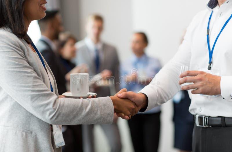Рукопожатие людей на бизнес-конференции стоковое изображение rf