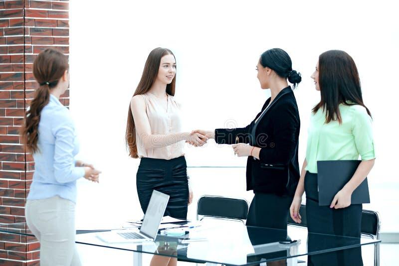 Рукопожатие менеджера и клиента в комнате офиса стоковая фотография