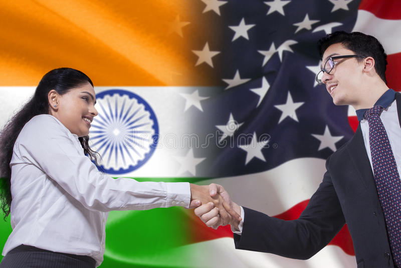 Рукопожатие с флагом Индии и Америки стоковые фото