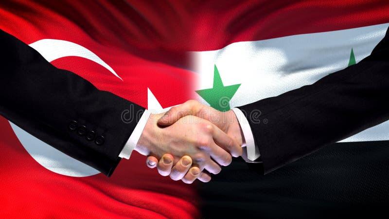Рукопожатие Турции и Сирии, международные отношения приятельства, предпосылка флага стоковое изображение rf