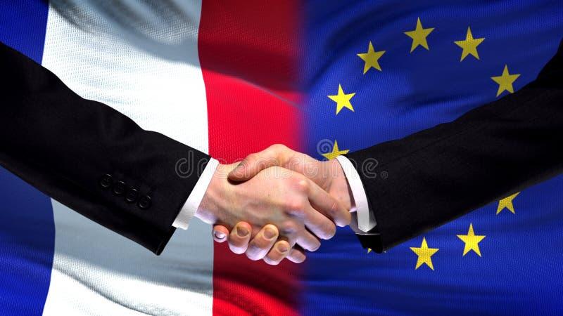 Рукопожатие Франции и Европейского союза, международное приятельство, предпосылка флага стоковая фотография rf