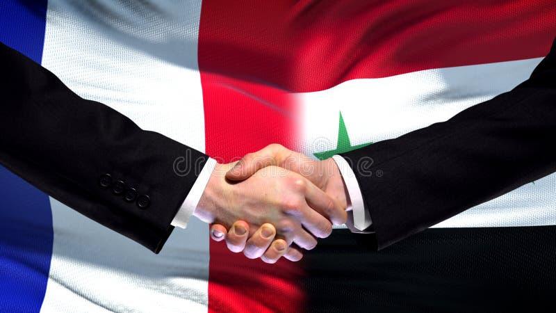 Рукопожатие Франции и Сирии, международные отношения приятельства, предпосылка флага стоковое изображение rf