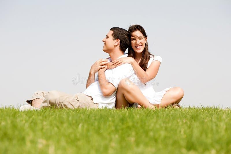 рукоятки вокруг счастливого ее женщины супруга молодые стоковые фото