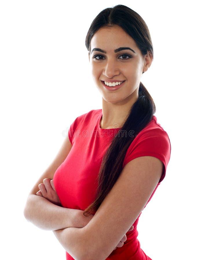 рукоятки пересекли девушку представляя довольно стоковые фотографии rf