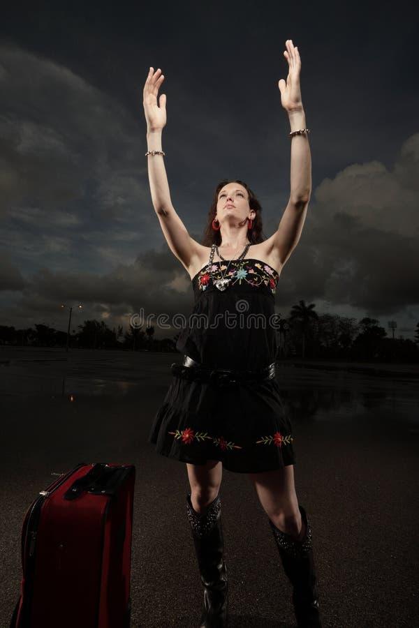 рукоятки удлиняя ее женщину стоковые фотографии rf