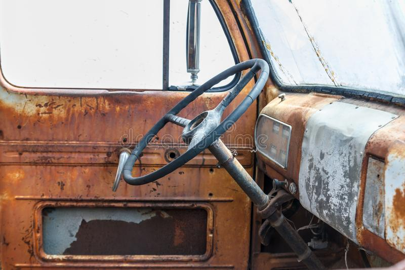 Рулевое колесо внутри старой тележки стоковые фотографии rf