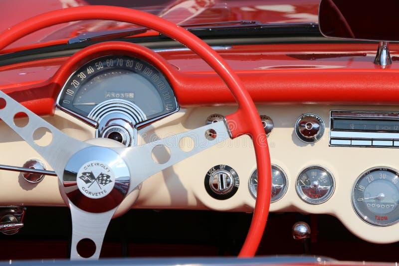 Рулевое колесо и приборная панель красного Корвета стоковые изображения