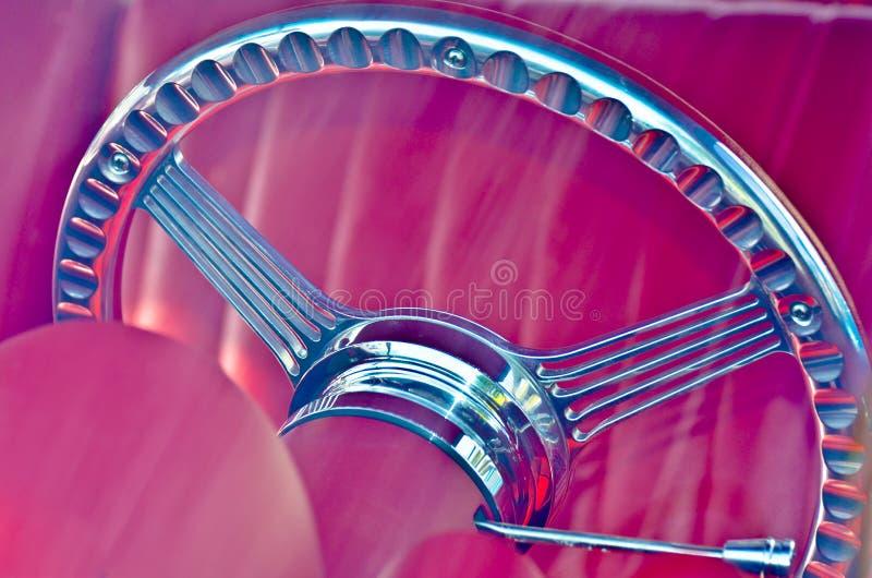Рулевое колесо классического автомобиля с розовым интерьером стоковые фотографии rf