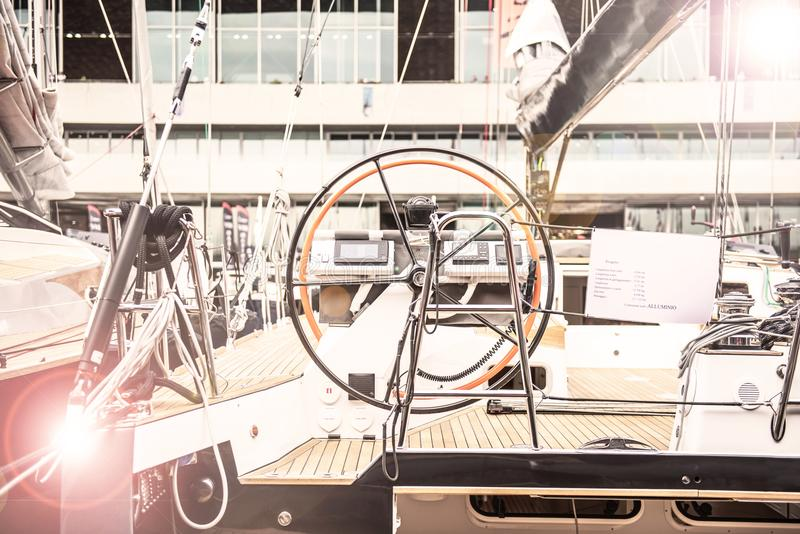 Рулевое колесо шлюпки вуали стоковые фотографии rf