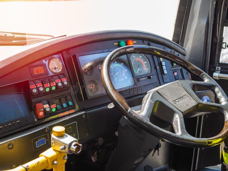 Руль для водителя на пригородном автобусе в аэропорте стоковое фото rf