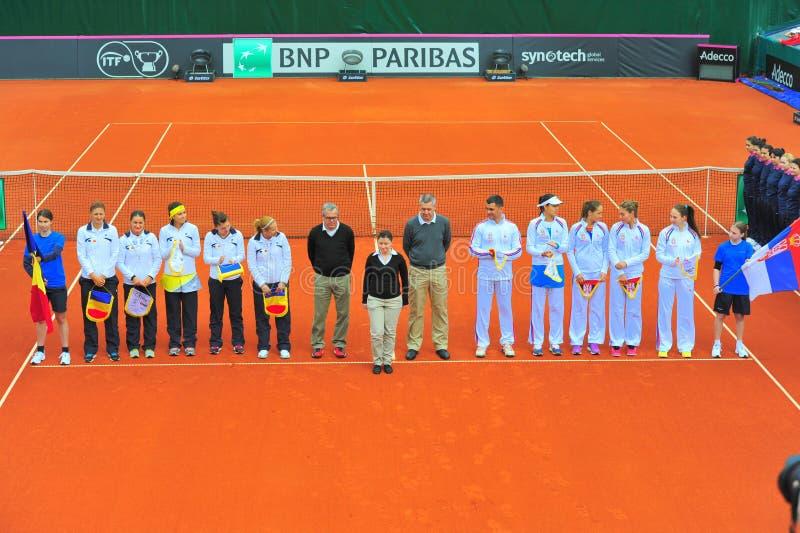 Румынские и сербские команды тенниса женщин стоковая фотография