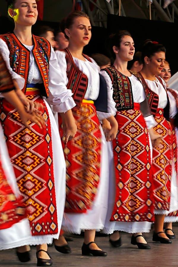 Румынские фольклорные танцоры выполняют в выставке 5 стоковое фото
