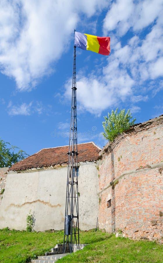 Румынский флаг рядом с стенами обороны стоковое фото rf