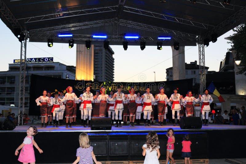 Румын ягнится представление фольклорных танцоров стоковые фото