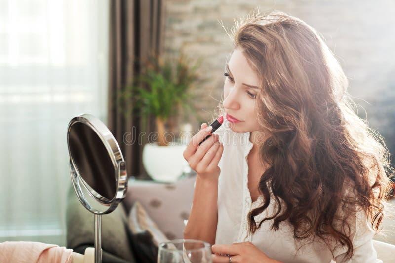 Румян женщины ее губы стоковая фотография rf
