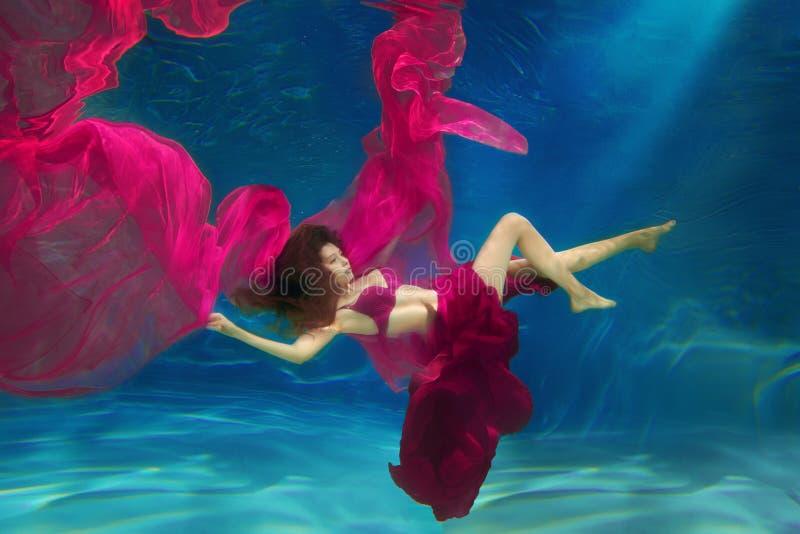 Русалка девушки место подводное Женщина, фотомодель в стоковые фото