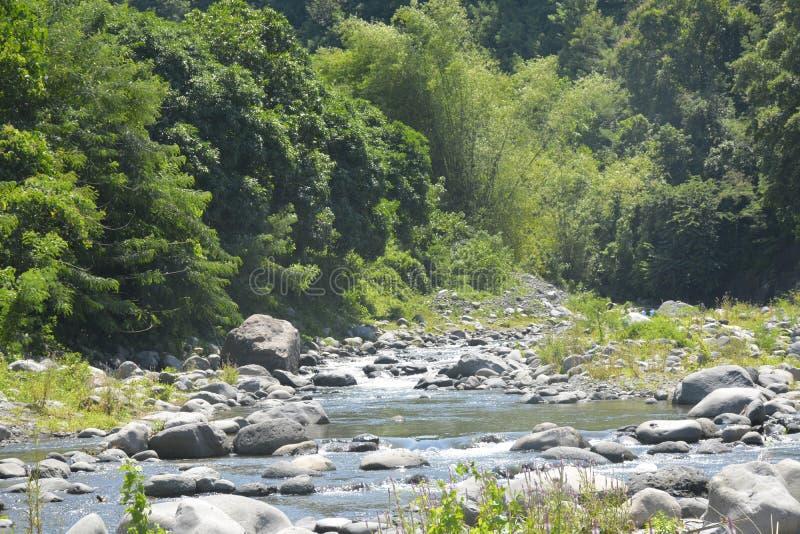 Русло реки расположенное на barangay Ruparan, город Ruparan Digos, Davao del Sur, Филиппины стоковое изображение