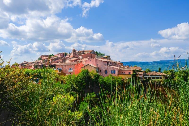 Руссильон Одна из самой красивой деревни Франции, расположенной на депозитах охры Больший взгляд, Провансаль, Франция стоковые изображения rf