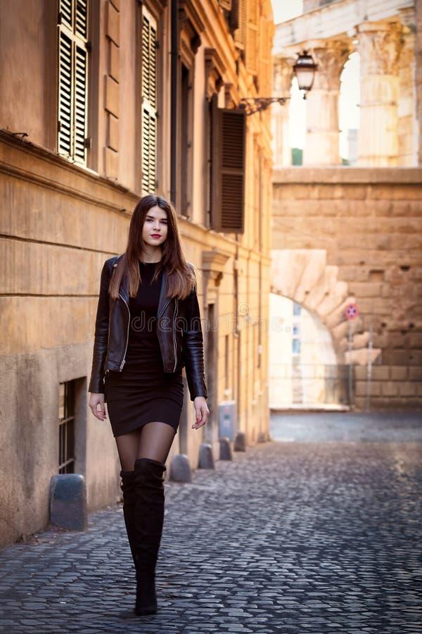 Русская девушка идет в исторический центр Рима стоковое фото rf