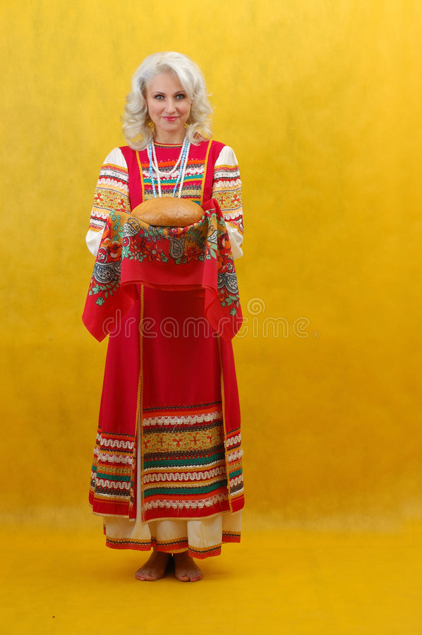 Русская женщина в фольклорном платье стоковое изображение rf