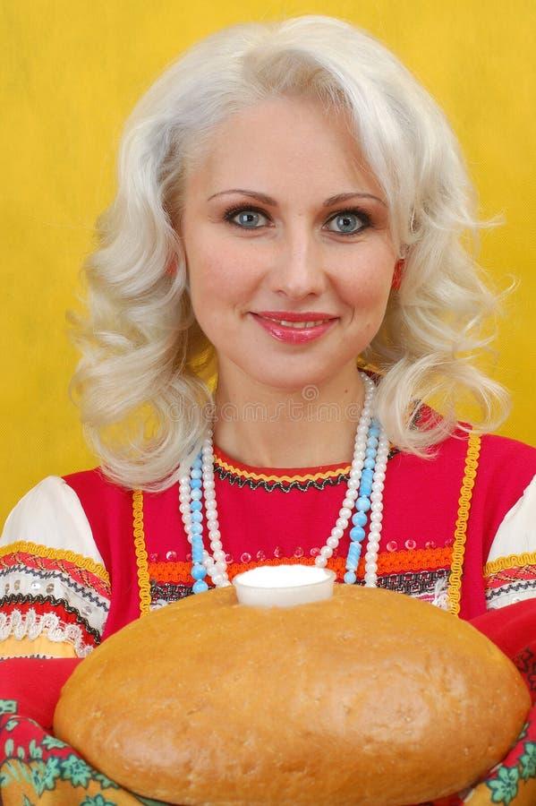 Русская женщина в фольклорном платье стоковая фотография rf