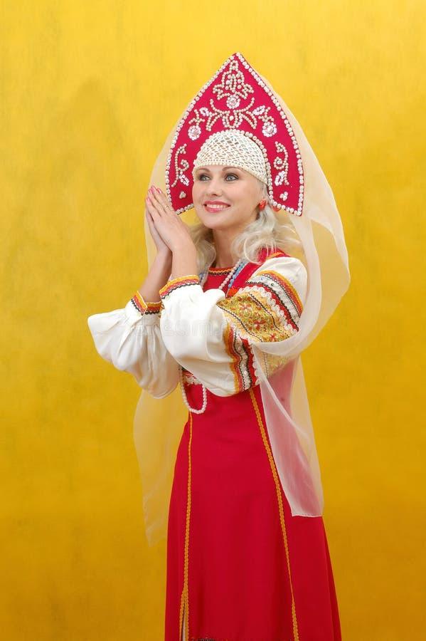 Русская женщина в фольклорном платье стоковые изображения rf