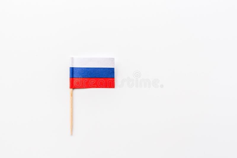 Русская концепция флага Мини флаг России лежа на белой предпосылке, взгляде сверху с космосом экземпляра, модель-макетом, плоским стоковое фото