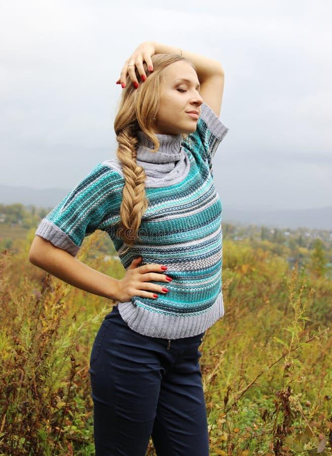 Русская красивая белокурая девушка стоковое изображение rf