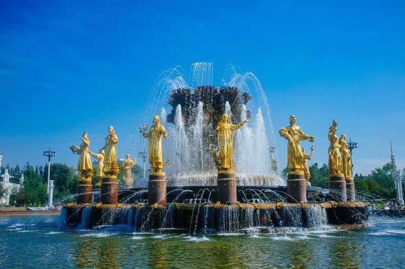 Русская родина - приятельство VDNKh золотое фонтана 3 наций стоковые фотографии rf