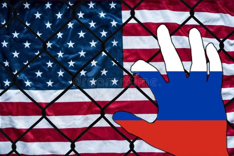 Русская рука всматриваясь на американском флаге стоковое изображение rf