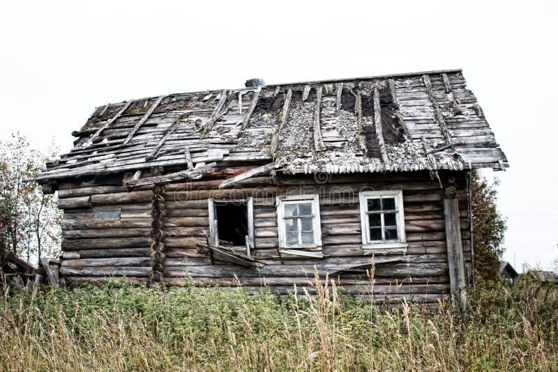 Русская старая деревня на краю леса стоковая фотография rf