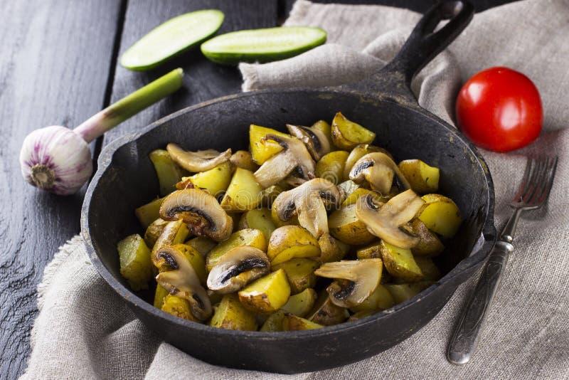 Русская традиционная еда - сковорода с зажаренной картошкой стоковые фото