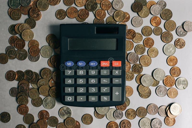 Русские деньги, монетки и банкноты, калькулятор на серой предпосылке стоковые фотографии rf