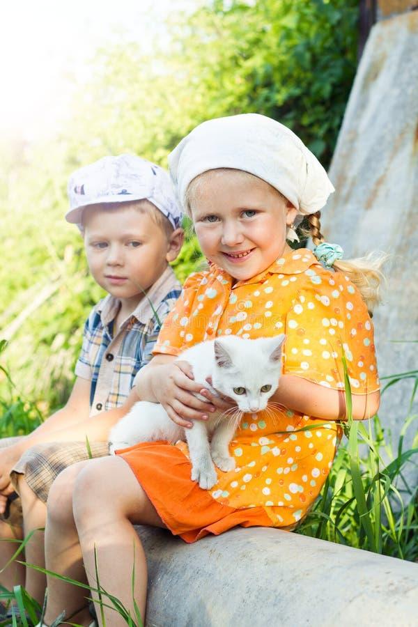 Русские дети с котенком стоковые изображения rf