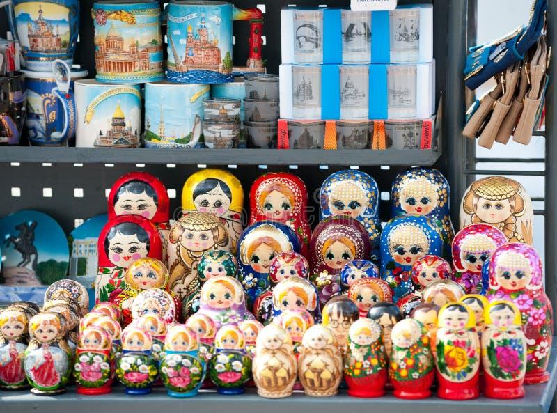 Русские куклы на стойке улицы, Санкт-Петербурге стоковая фотография