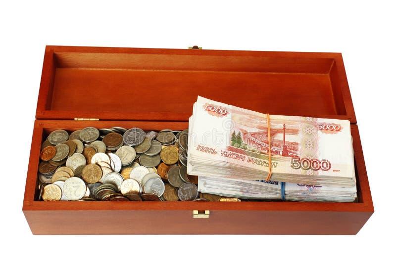 Русские монетки и стога банкнот в деревянной коробке стоковая фотография rf