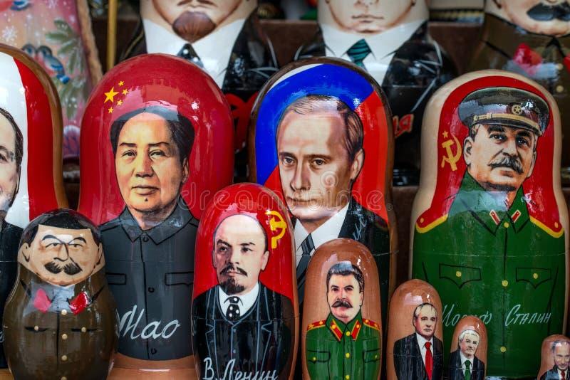 Русские сувениры назвали куклу matryoshka стоковые фото