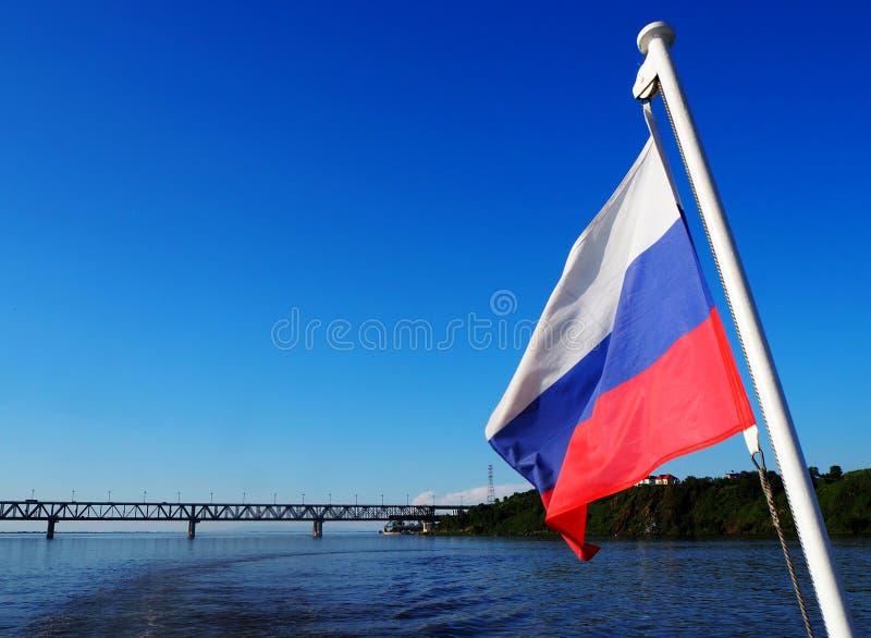 Русские флаг и река Амур стоковые фотографии rf