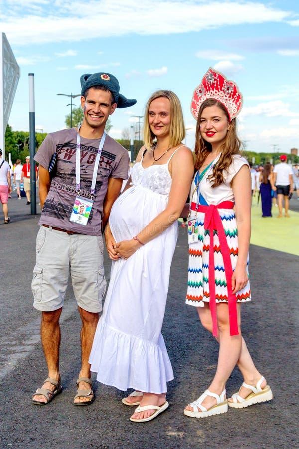 Русские футбольные болельщики в национальных одеждах перед спичкой н стоковая фотография rf