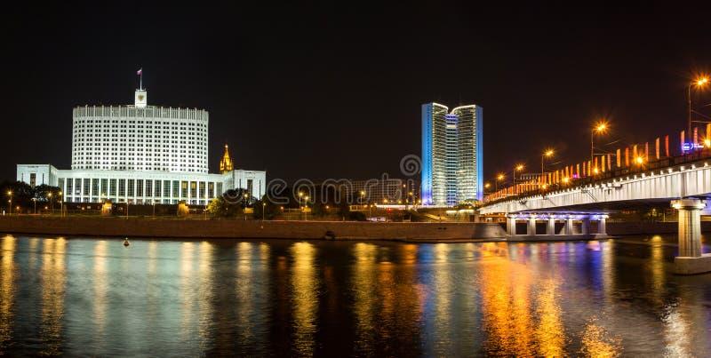 Русский Белый Дом и бывший дом совета для взаимного Comecon определяющего теста в Москве на ноче стоковые изображения rf