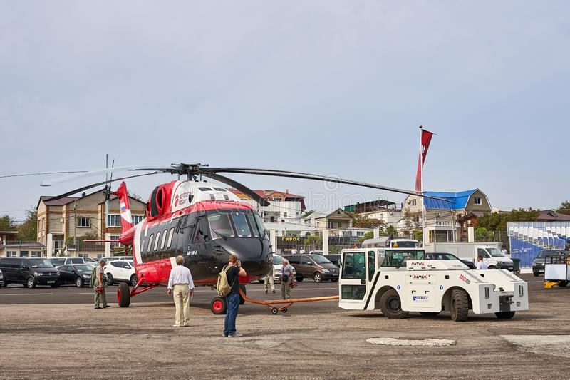 Русский вертолет Mi-38-2 продемонстрирован на выставочной площади на побережье Чёрного моря в стоянке стоковые фотографии rf