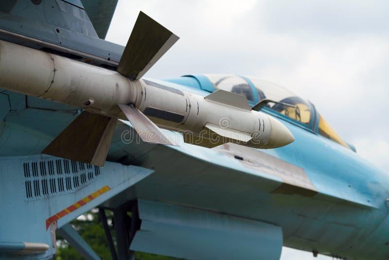 Русский военный самолет с ракетами смертной казни через повешение стоковые изображения